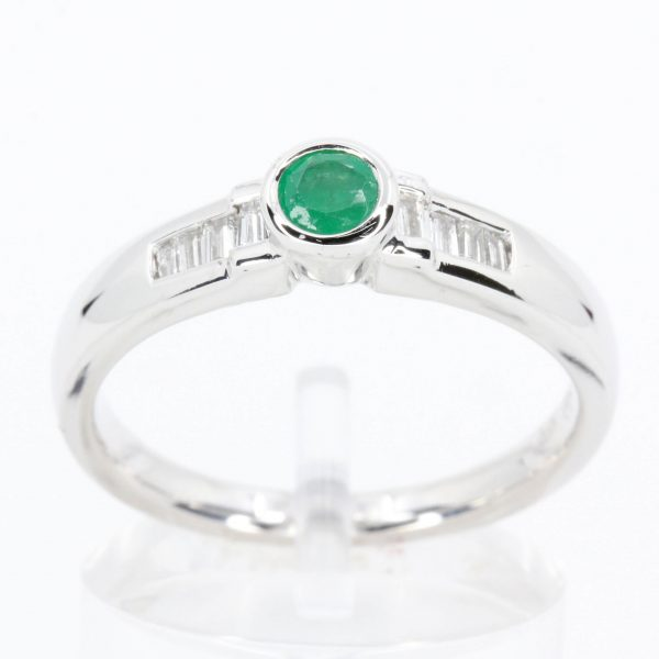 Round Cut Emerald Ting with Accents of Diamonds Set in 18ct White Gold