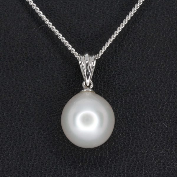 White South Sea Pearl Pendant set in 18ct White Gold