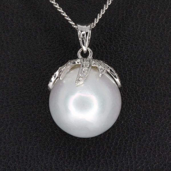 White south sea pearl pendant with diamonds
