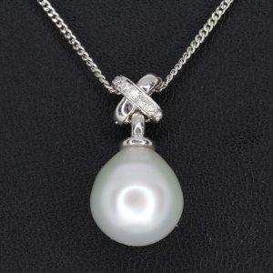 White south sea pearl pendant with diamonds set