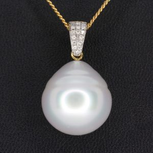 White South Sea Pearl Pendant with Diamonds Yellow Gold